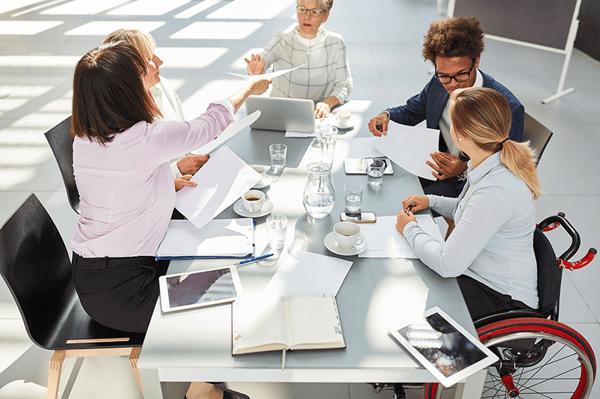 Plusieurs personnes discutent autour d'une table lors d'une réunion