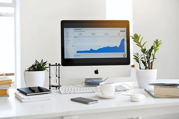 Image d'un bureau avec un ordinateur et des objets posés dessus