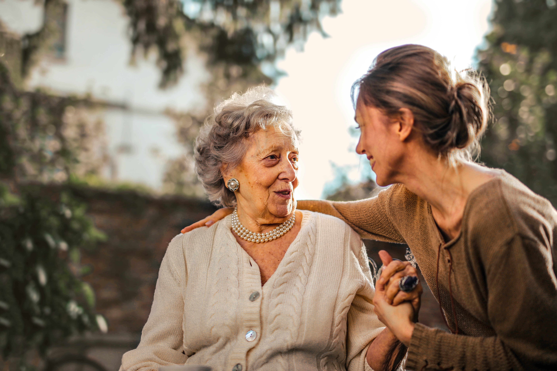 Comment lutter contre la solitude en EHPAD et maisons de retraite ?